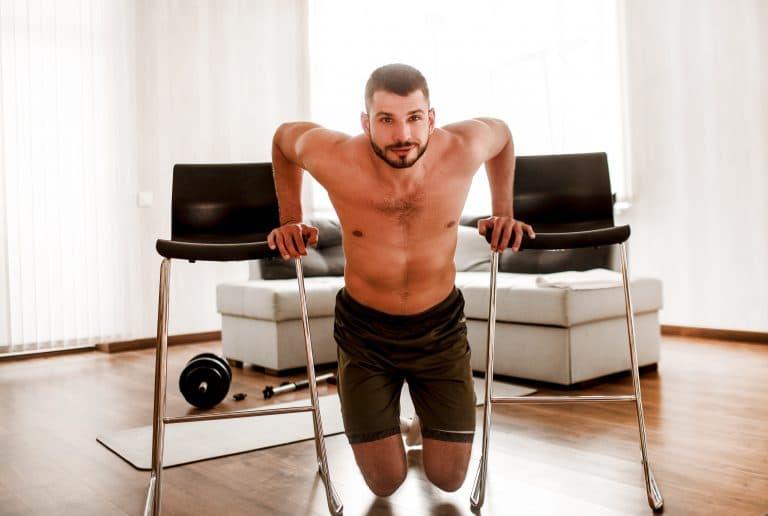 jeune homme fait des Dips sur chaises