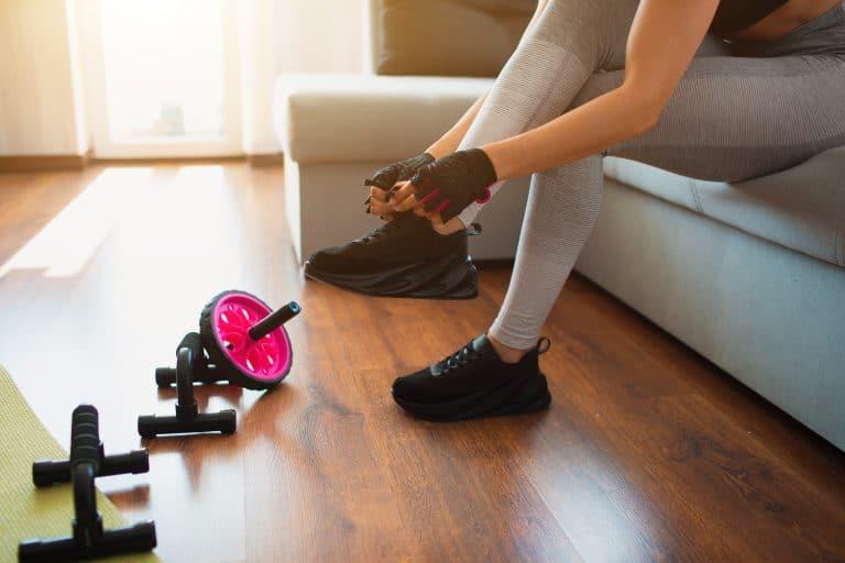 Jeune femme faisant du sport à la maison
