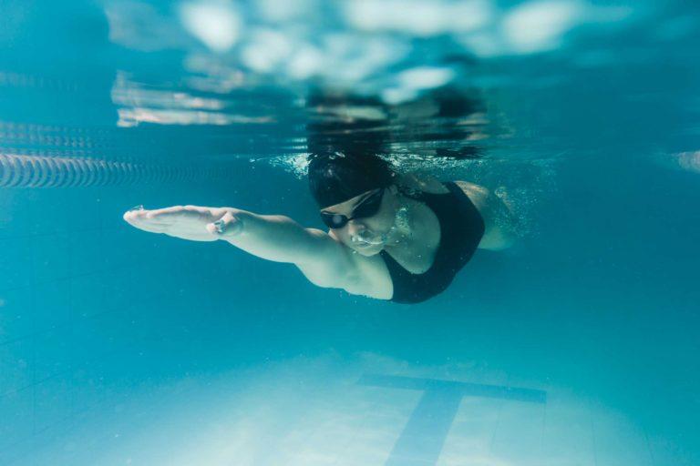nageur qui travail ses abdos