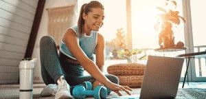Jeune femme sport à la maison