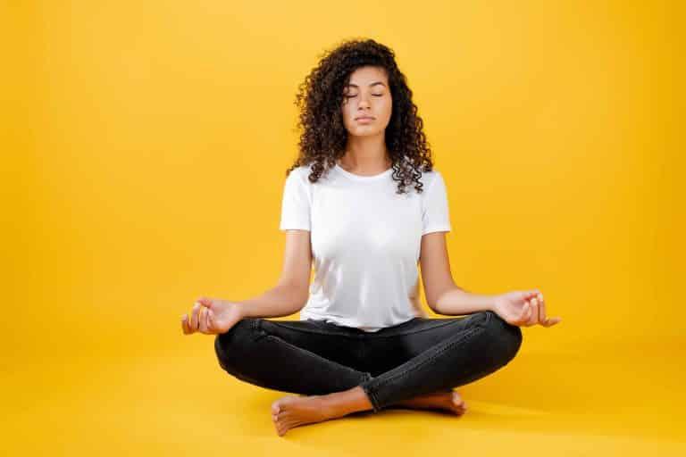 femme fait du yoga pour muscler son dos