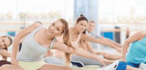 groupe pratiquant le stretching