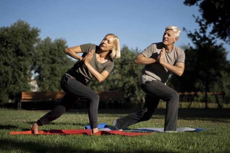 couple de retraité qui fait de la gym douce