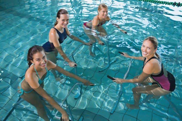 groupe de femmes faisant de l'aquabike