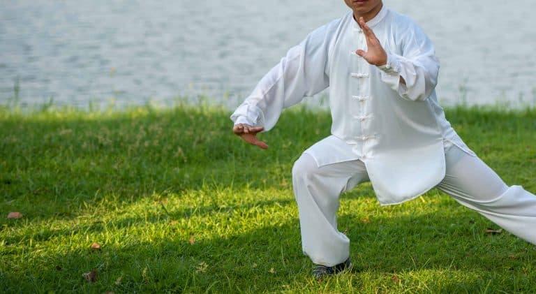 homme qui fait du qi gong