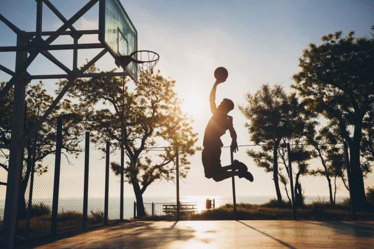 basketteur qui saute exercices corde à sauter