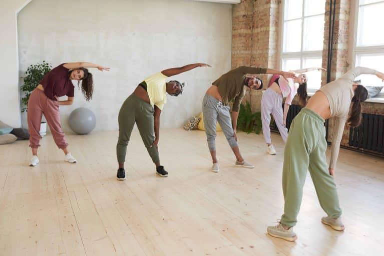 groupe de personne faisant du stretching