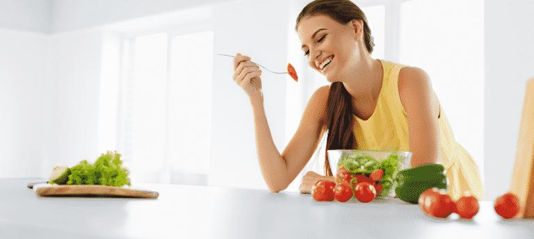 femme qui mange sainement