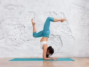 Femme sur tapis de yoga